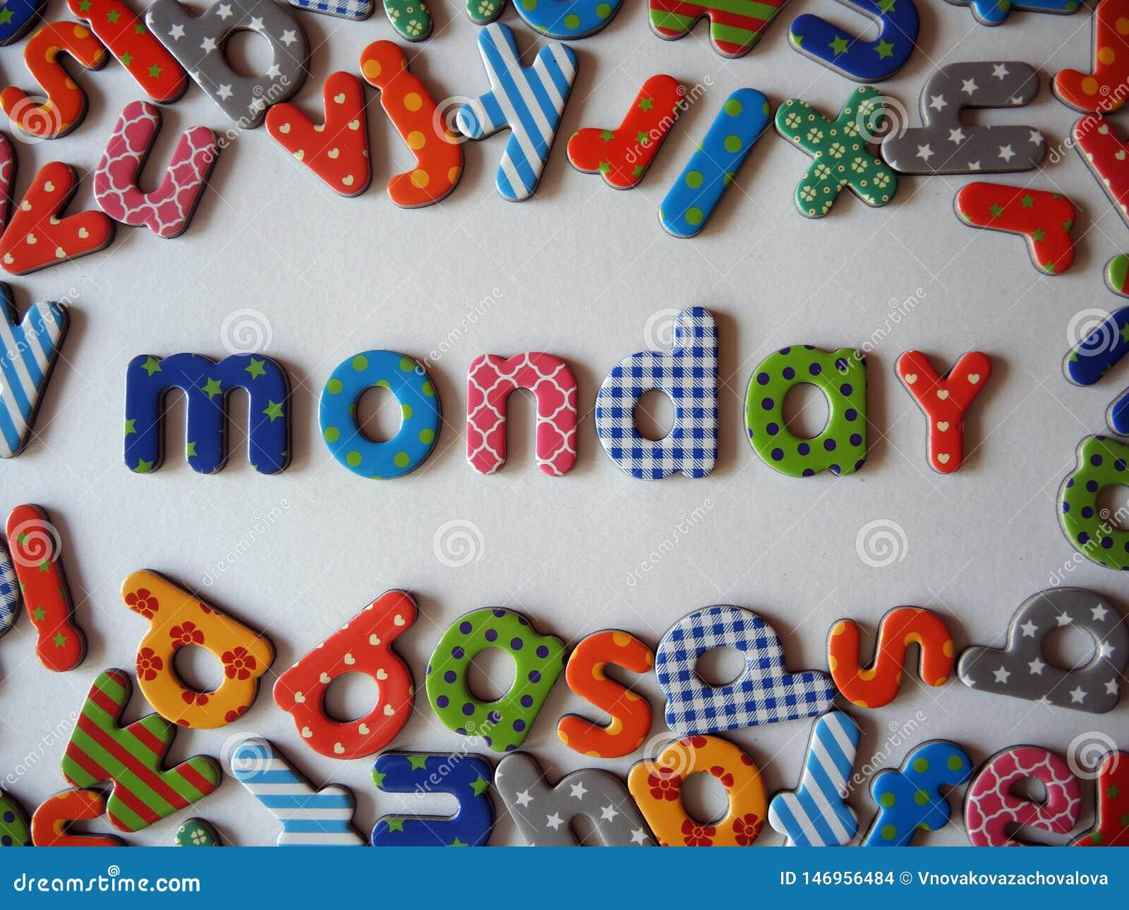 Insegna di lunedì con le lettere minuscole variopinte