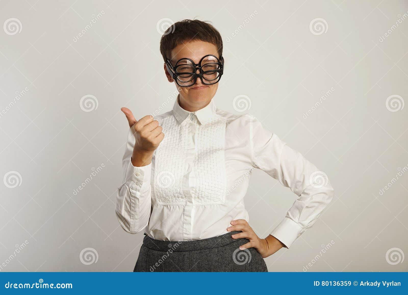 Insegnante in blusa bianca con 3 paia dei vetri