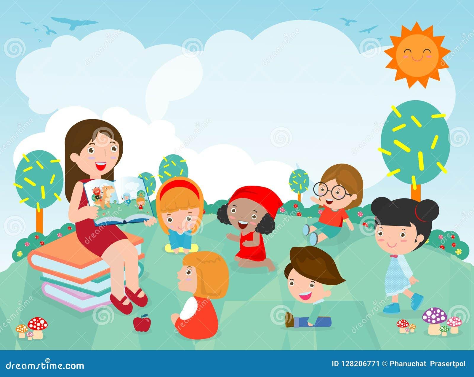 Insegnante che racconta una storia ai bambini nel giardino, bambini svegli della scuola materna che ascoltano il loro insegnante