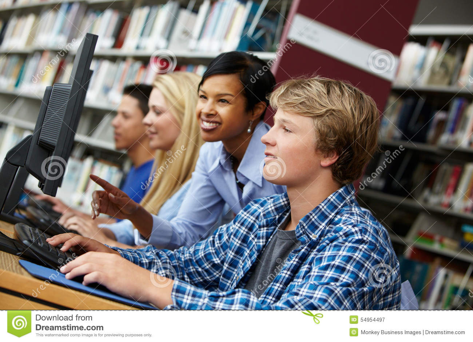 Insegnante ed allievi che lavorano ai computer
