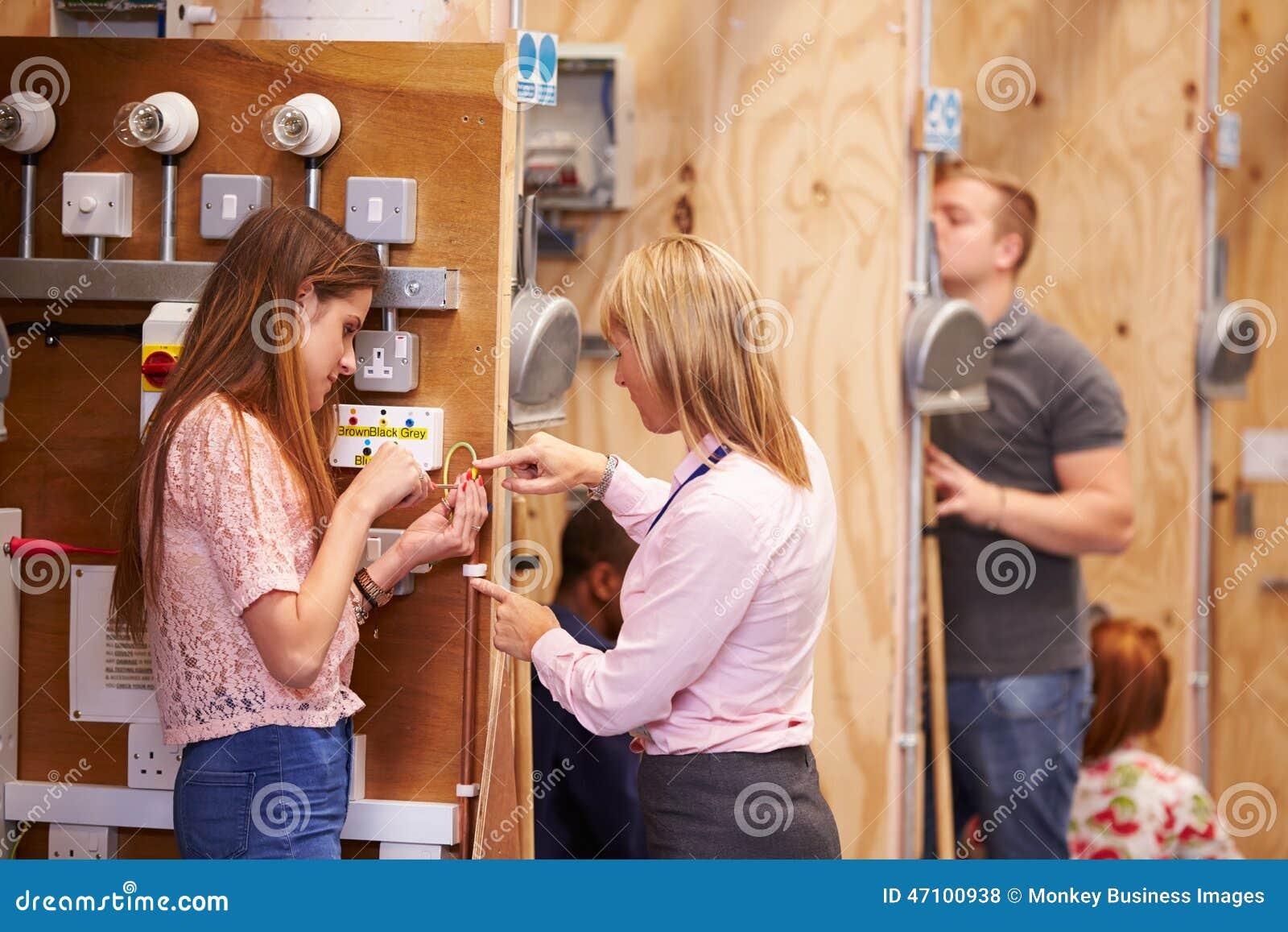 Insegnante femminile Helping Students Training da essere elettricisti