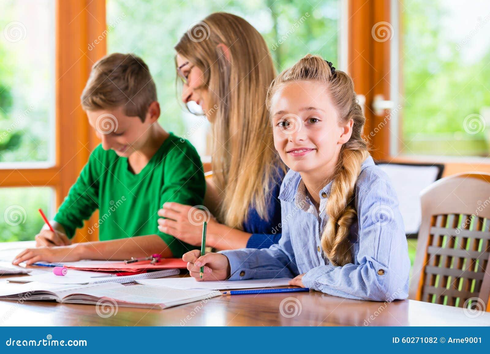 Insegnante privato che dà le lezioni a casa
