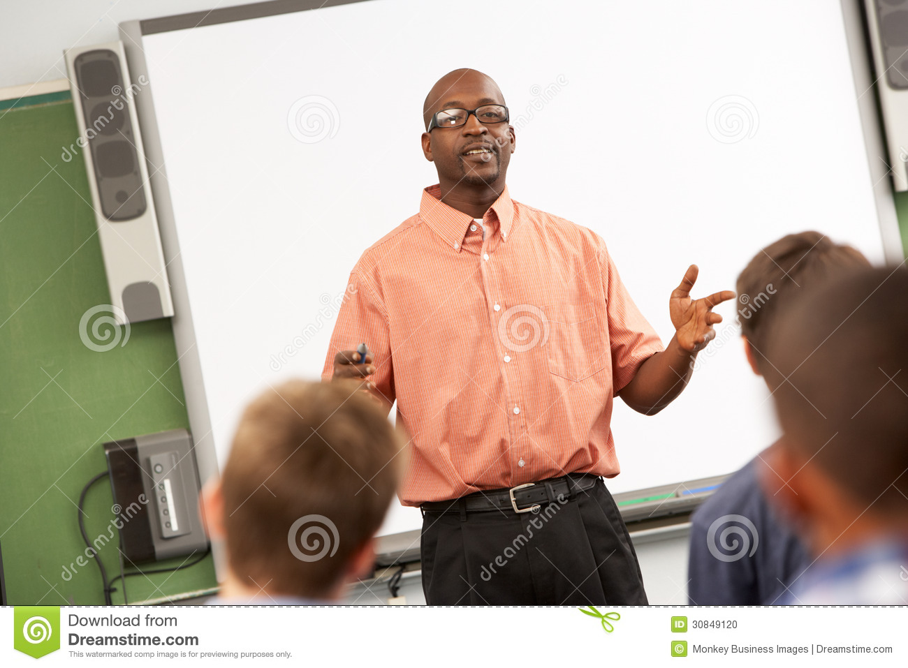 Insegnante Talking To Class che sta in Front Of Whiteboard