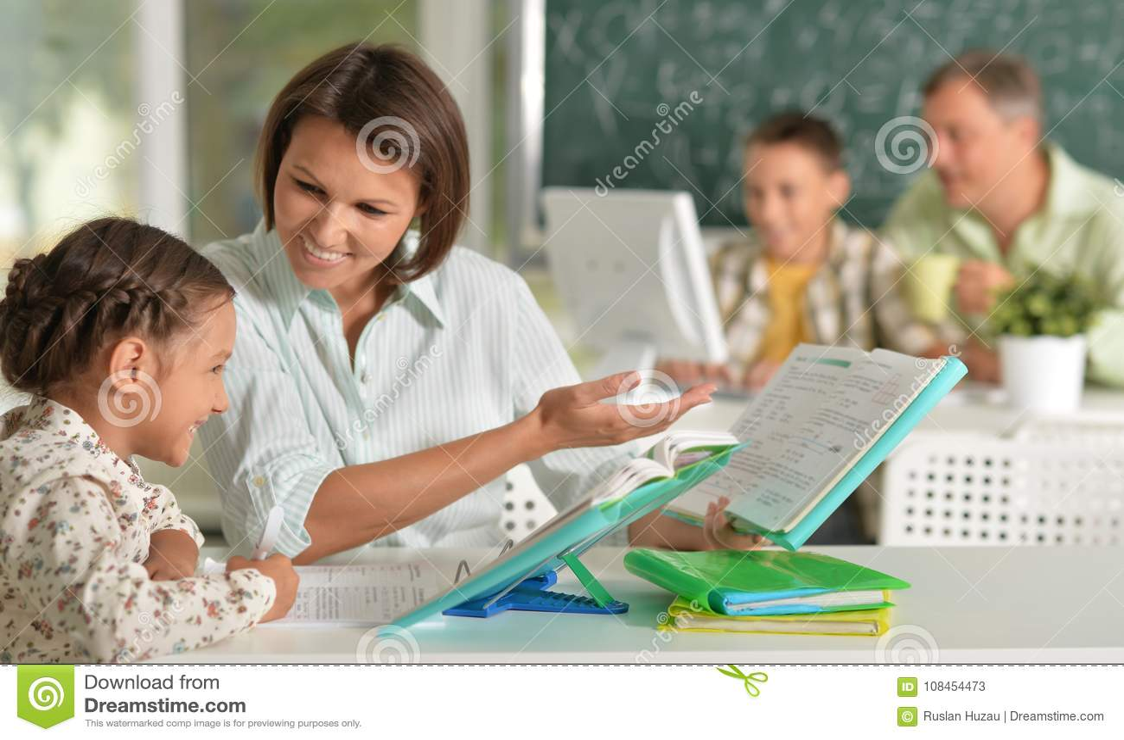 Insegnanti con esperienza che lavorano con i bambini