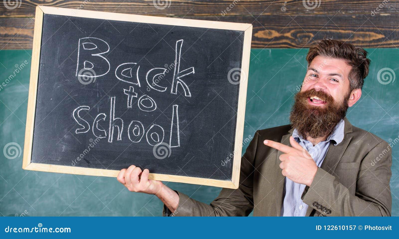 Insegnanti di noleggio per il nuovo anno scolastico Di nuovo ad assunzione dei maestri di scuola Sembrando il complemento commess