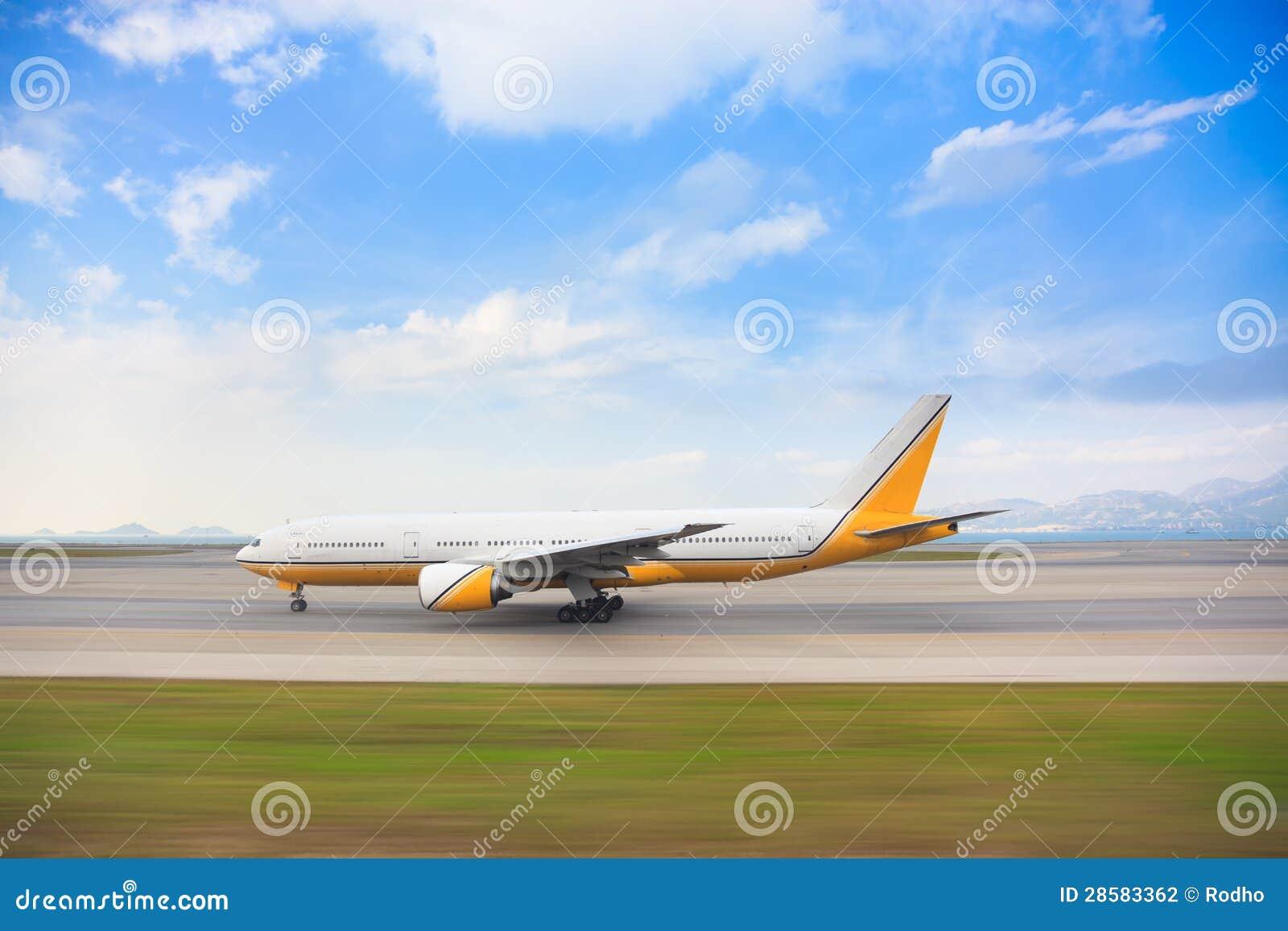 Inseguimento del colpo per l aeroplano di rullaggio lungo la pista