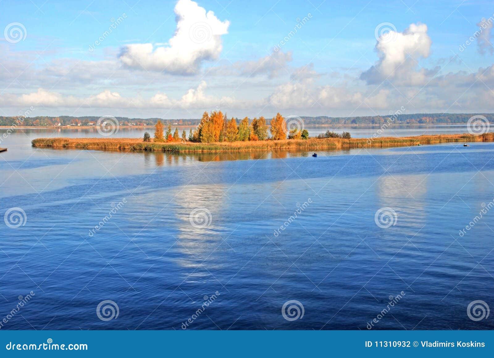 Insel auf See im Herbst
