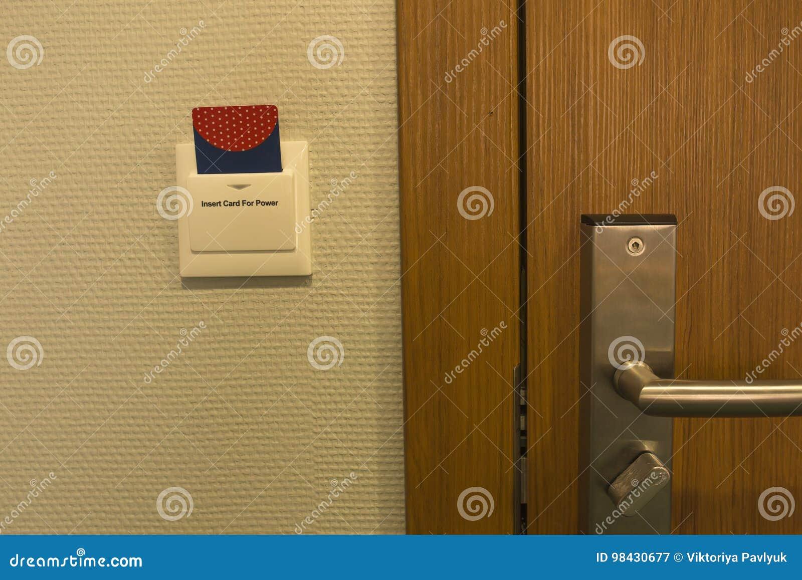 Inserção do cartão chave do hotel ao controle do interruptor de alimentação do bonde em