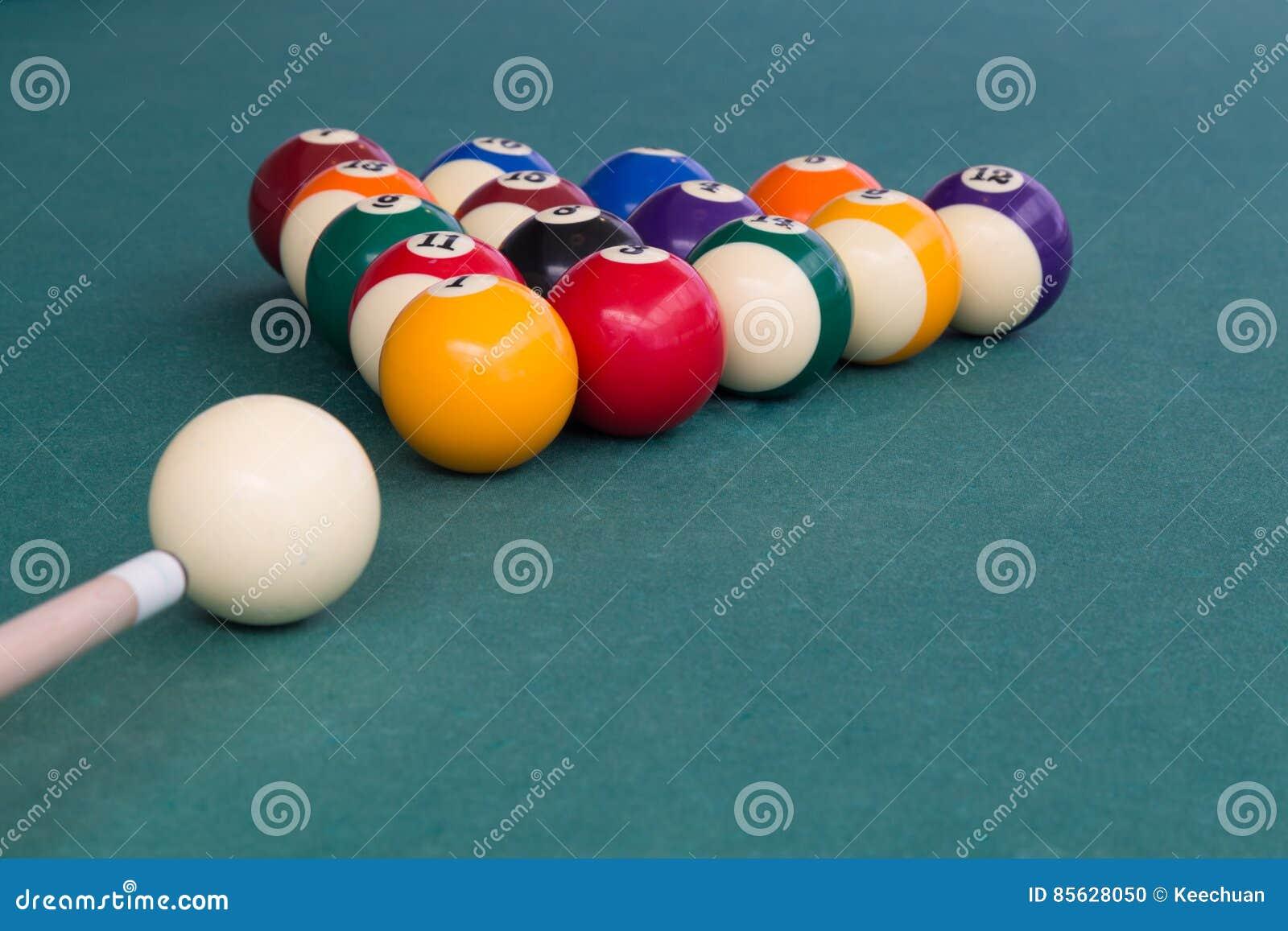Inserisca mirare la palla bianca per rompere i billards dello snooker sulla tavola