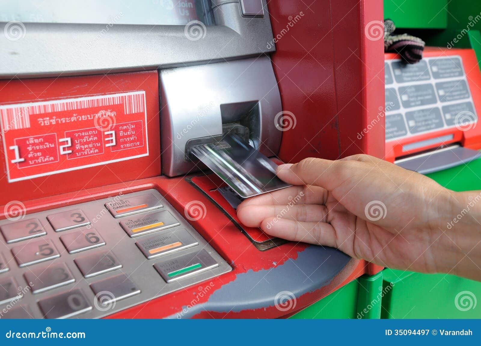Inserte la tarjeta en una atmósfera para comenzar una transacción financiera
