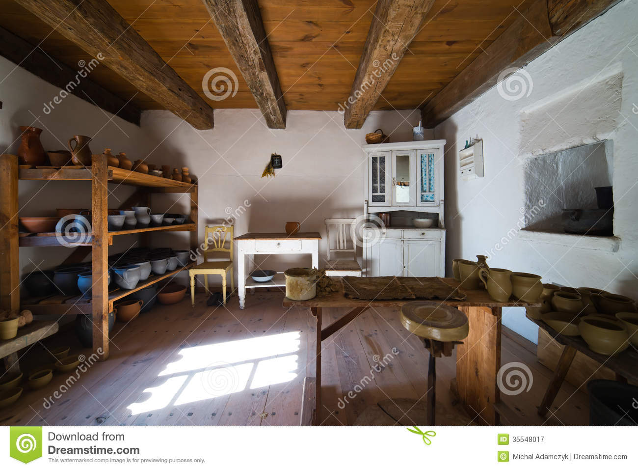 Inside of old rural home in poland xixth century pottery for Binnen interieur