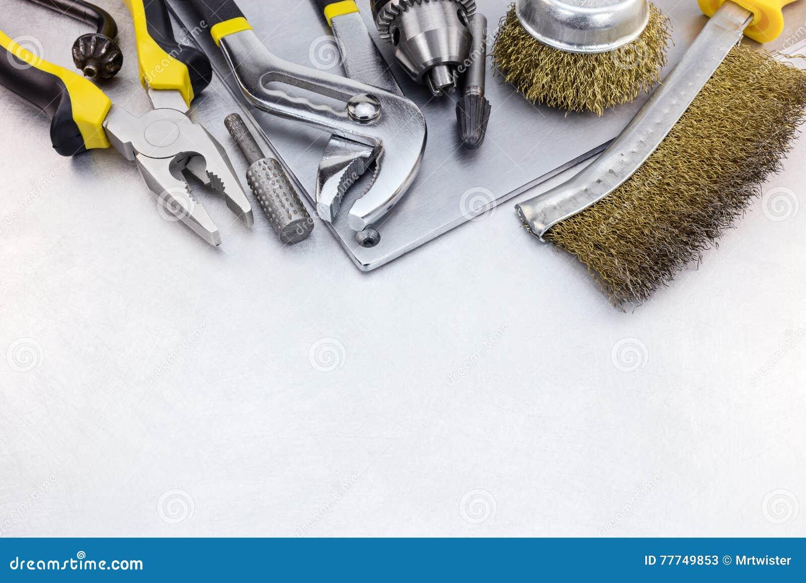 Insieme degli attrezzi per bricolage per rinnovamento della casa su di piastra metallica - Attrezzi per imbiancare casa ...