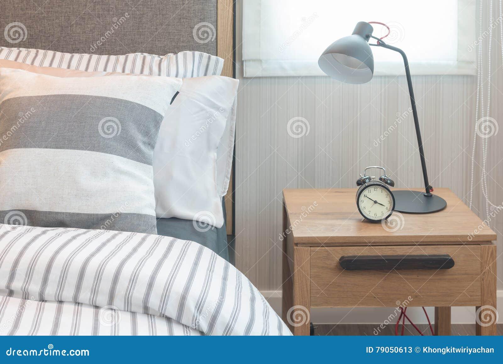 Insieme dei cuscini e della coperta sul letto in camera da for Camera da letto moderna 2016