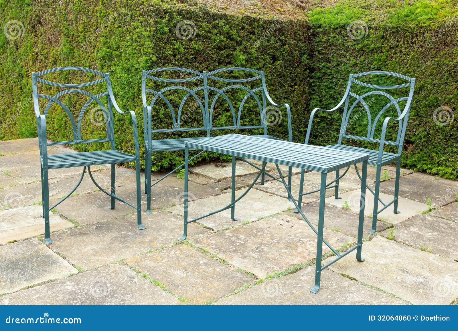 Insieme dei mobili da giardino del ferro fotografia stock for Mobili da giardino in ferro antichi