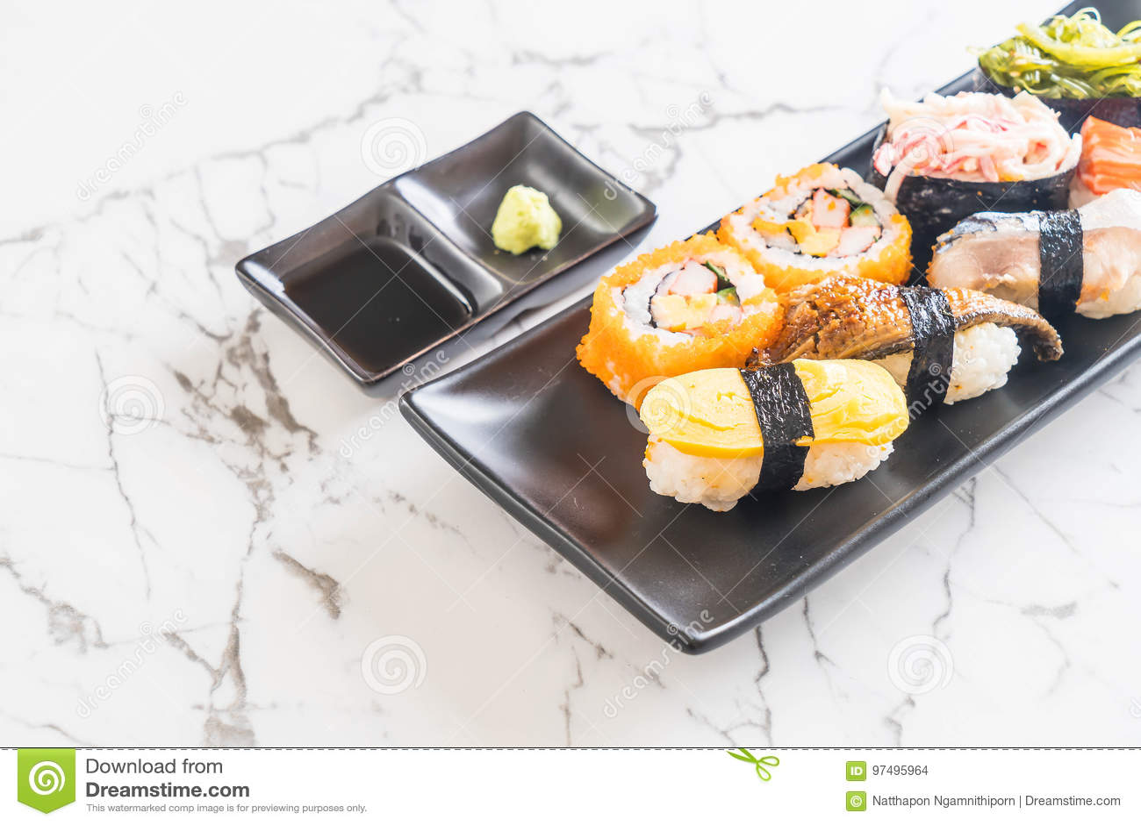 Insieme dei sushi e del rotolo di maki
