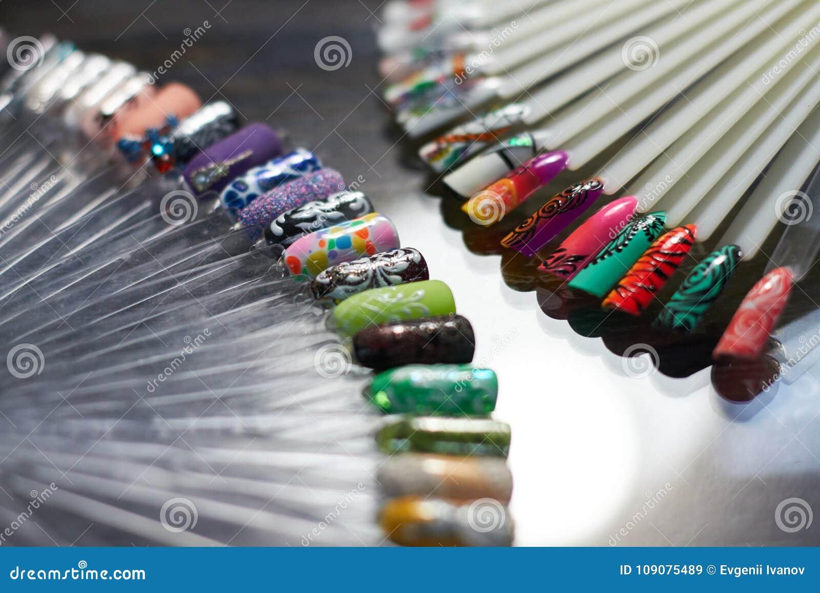 Insieme del chiodo multicolore nel Governo dei tecnici del chiodo pro