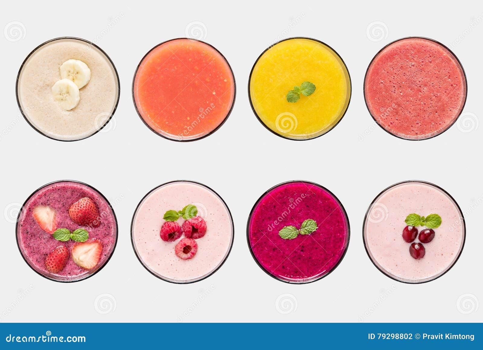 Insieme del succo del frullato della frutta del modello e di frutta isolato su fondo bianco