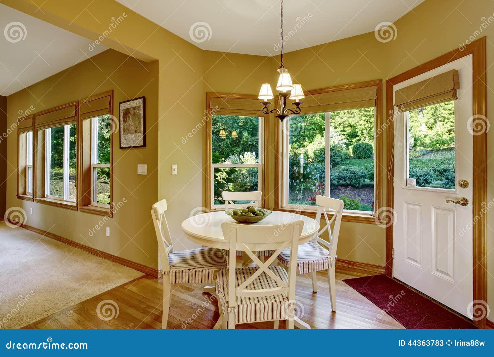 Insieme del tavolo da pranzo con ripiano rotondo e le sedie spogliate