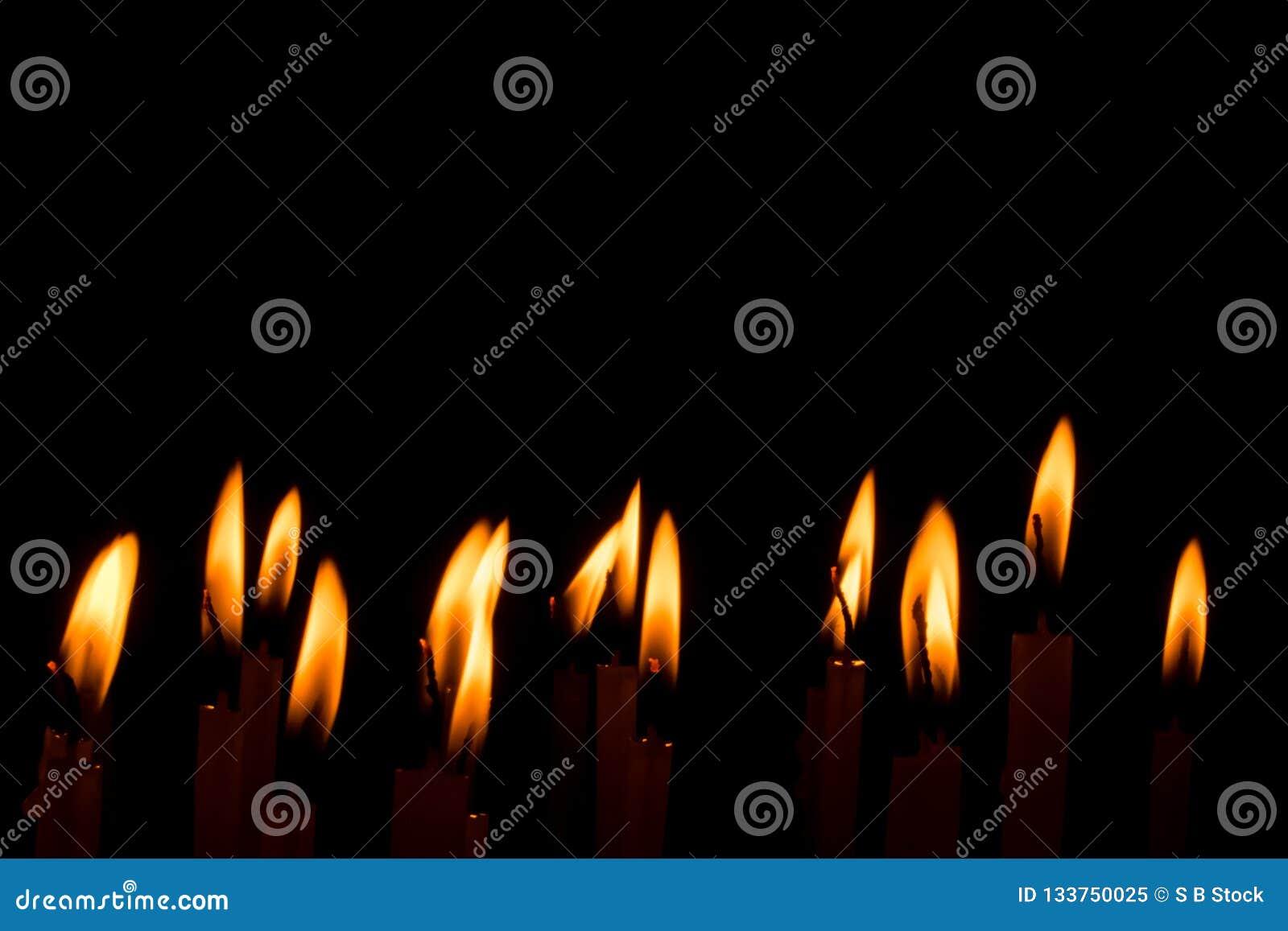 Insieme della fiamma di candela isolato nel fondo nero
