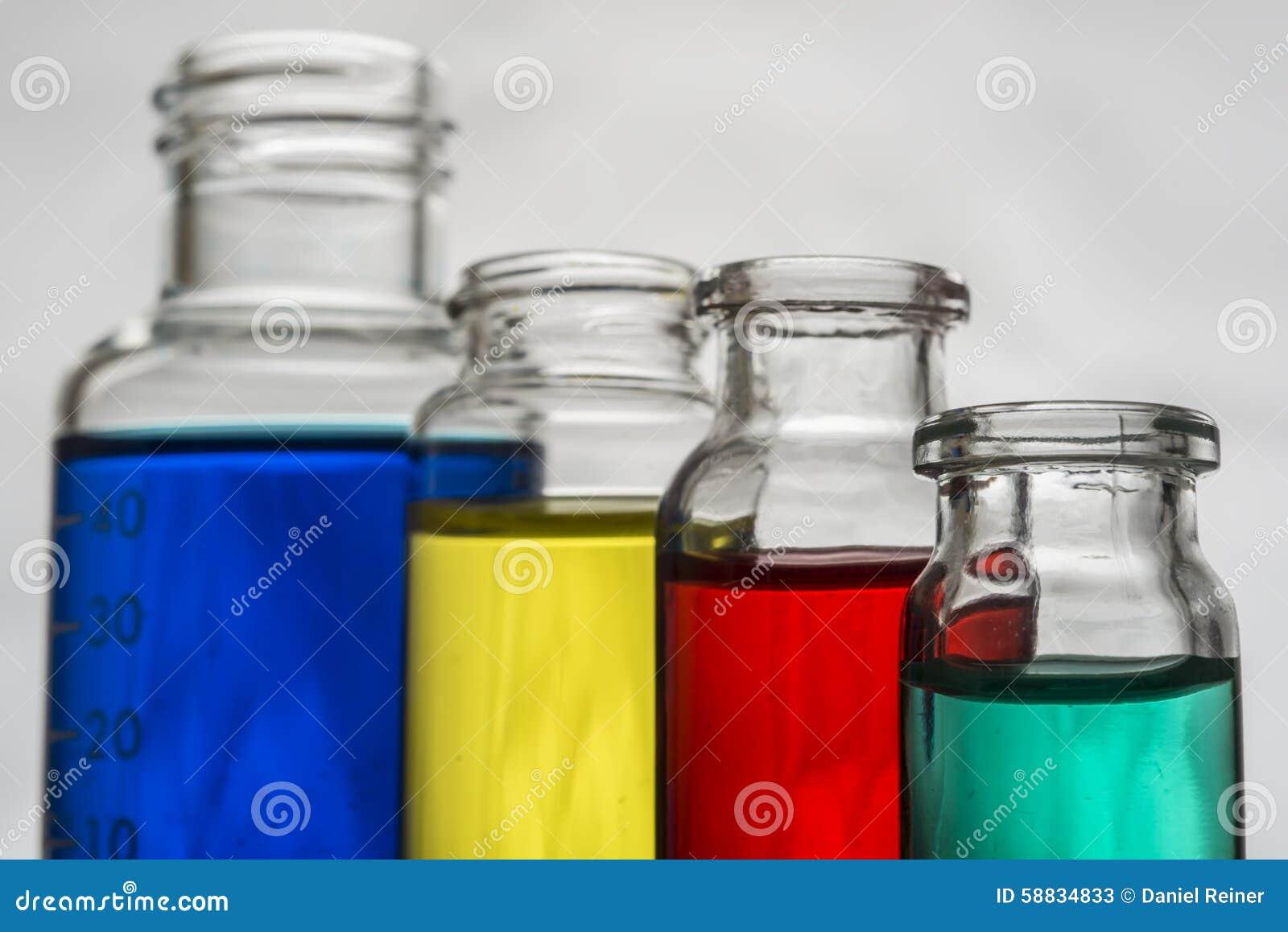 Insieme delle bottiglie del laboratorio con liquido