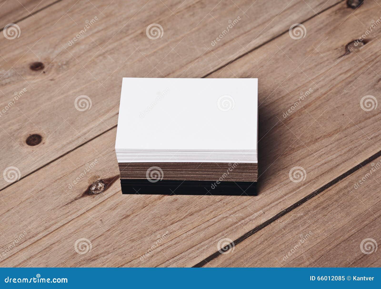 Insieme delle carte bianche, nere e di impresa artigiana sulla tavola di legno