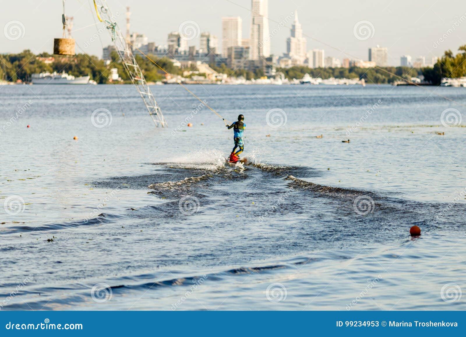 Insieme di giro del Wakeboarder nel parco di risveglio