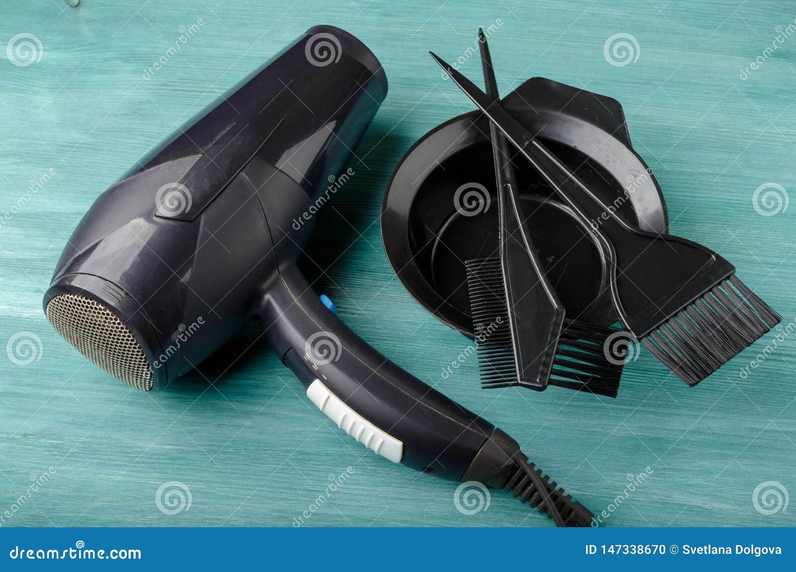 Insieme di strumenti per tintura per capelli e hairdryer