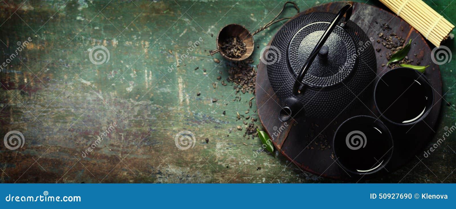 Insieme di tè asiatico del ferro nero