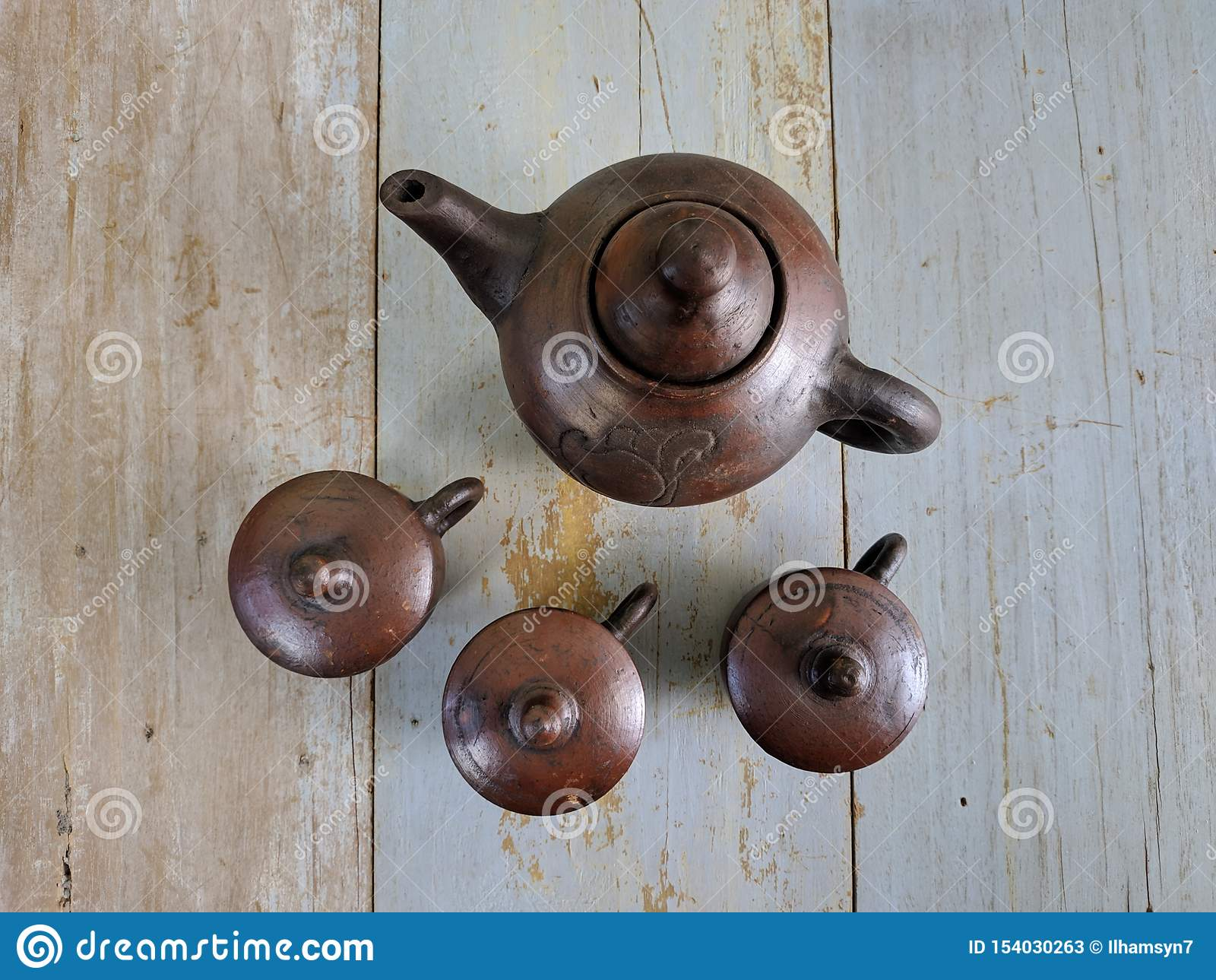 Insieme di tè tradizionale fatto da argilla, dal bollitore delle terraglie e dalle tazze ceramiche del vaso