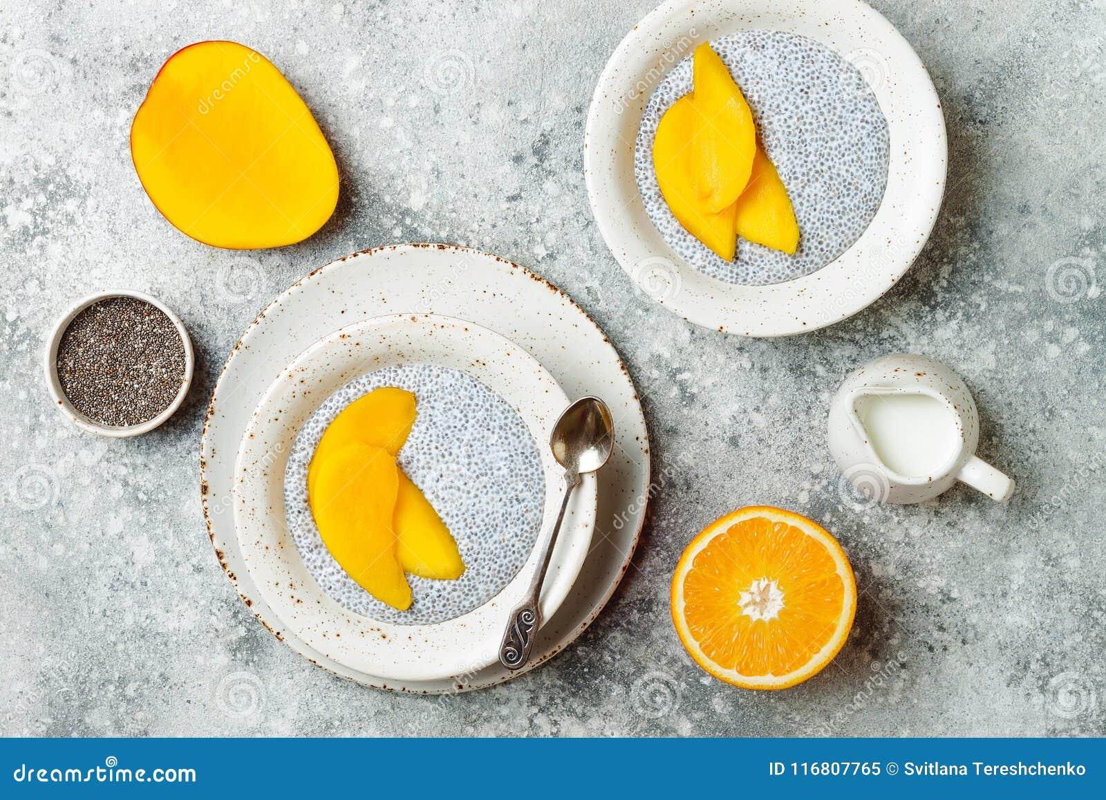 Insieme sano della prima colazione Ciotole del budino del seme di Chia con il mango
