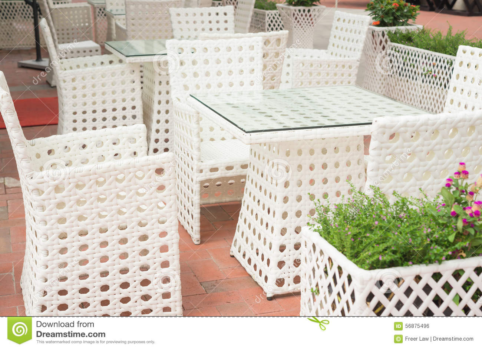 Insiemi bianchi del sofà e della tavola del rattan