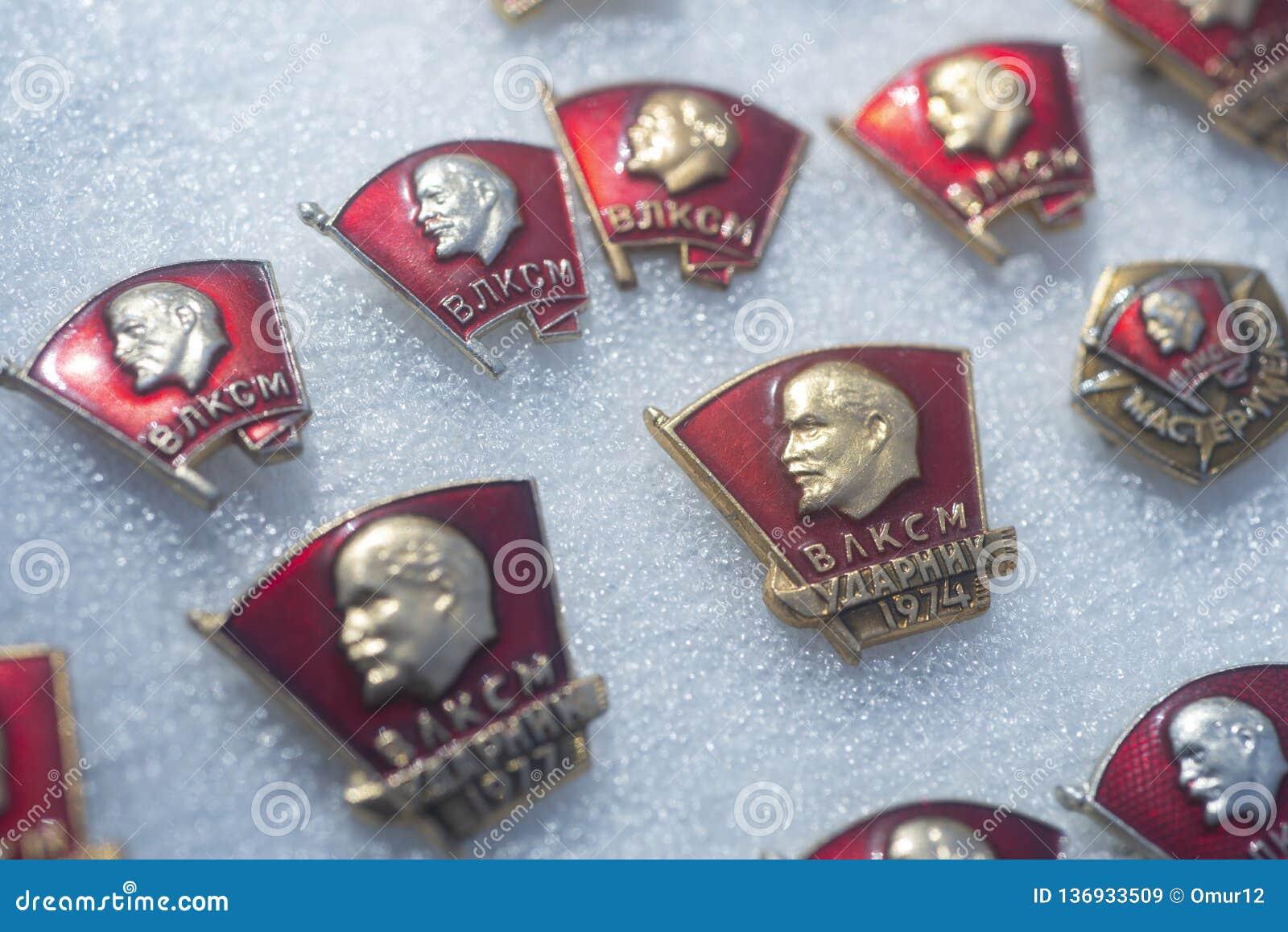 Insignes de Komsomol de Soviétique sur le marché en plein air