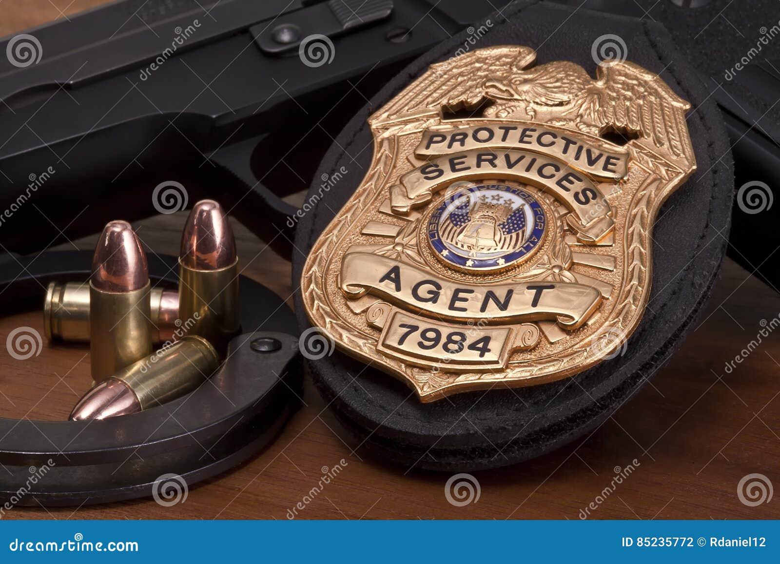 Insignia de la aplicación de ley con el arma, las esposas y las balas