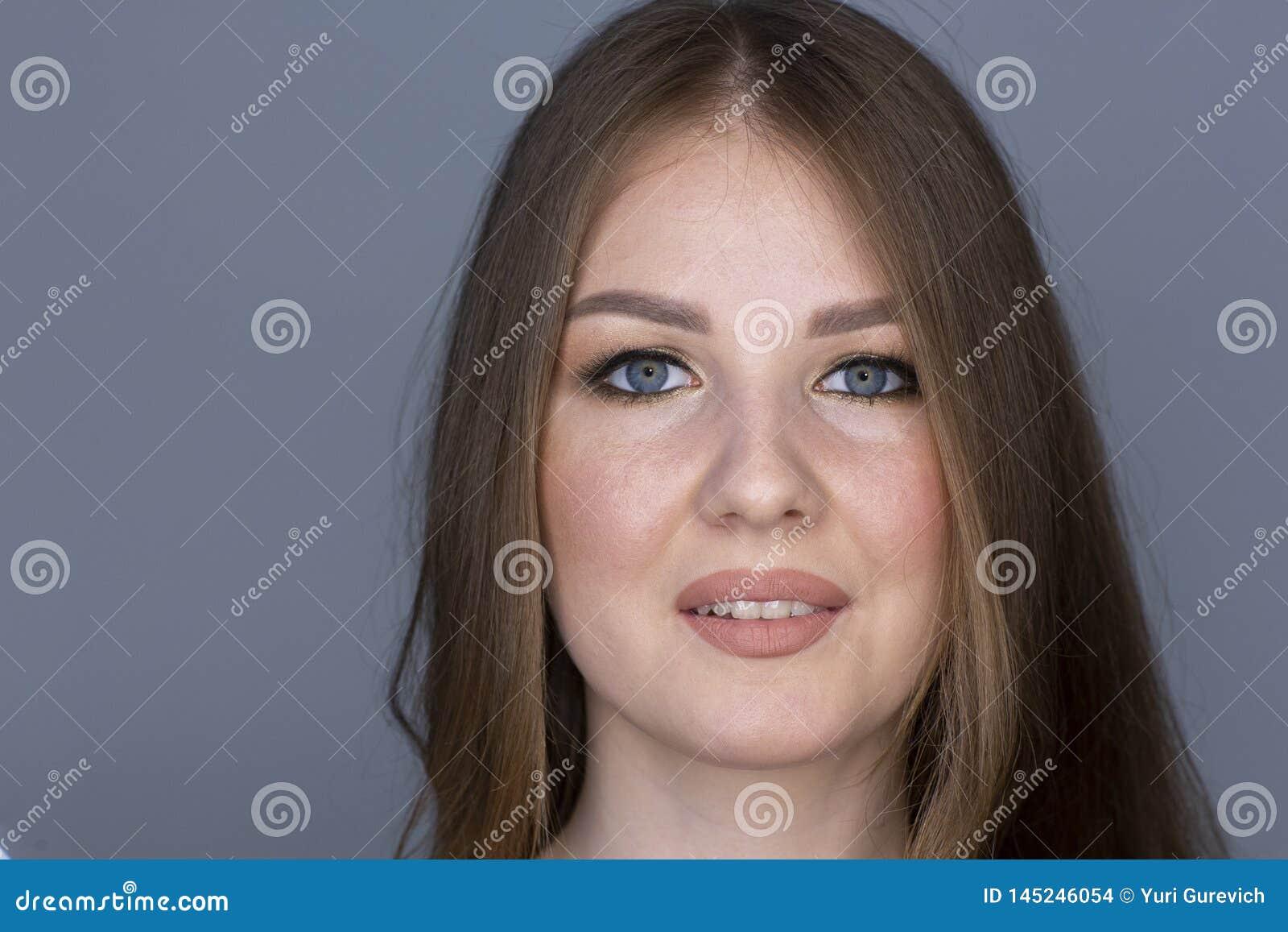 Inskränkt djup för härlig stående för hårkvinna blond lockig kvinnlig av fältet