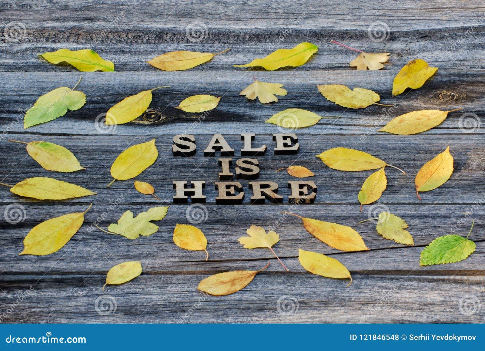 Inskrypcja Sprzedaż jest tutaj pisze list drewnianego Rama żółty urlop