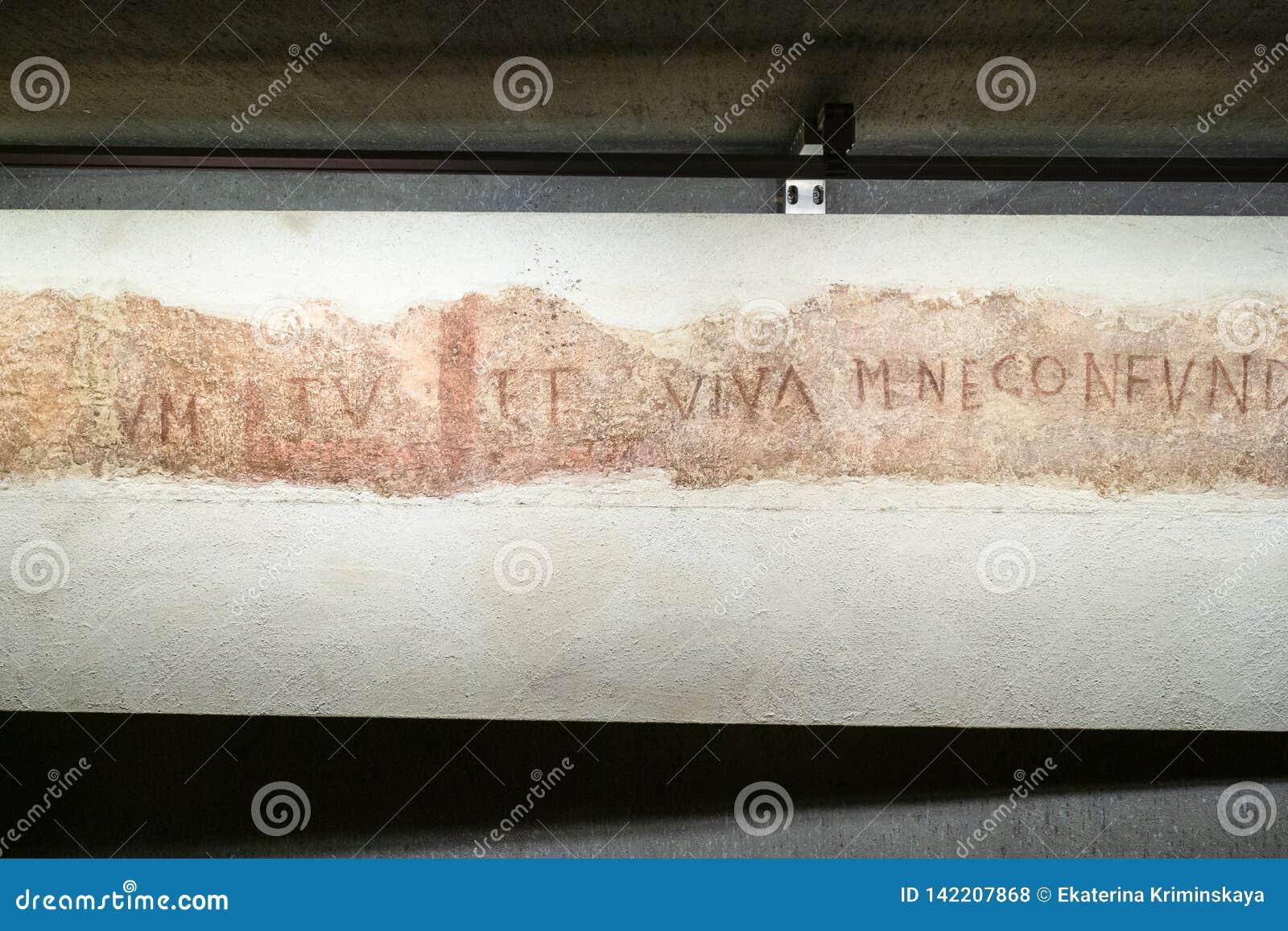 Inskrypcja w archeologicznym terenie w Mediolańskim Duomo