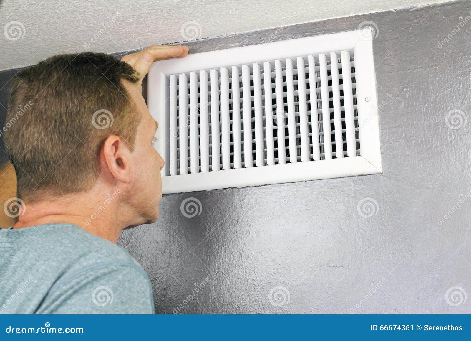 Inspección de una salida de aire casera para el mantenimiento