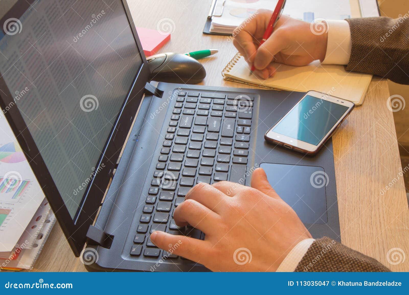 Inspector financiero y secretaria del administrador que hacen la balanza del informe, del cálculo o del control Inspector ch de I