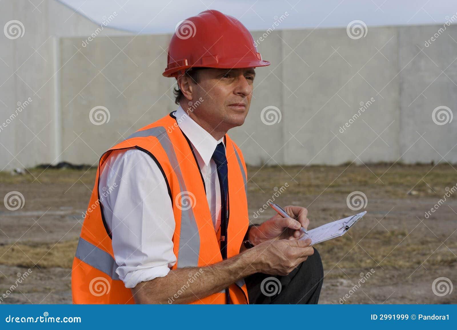 Inspector no canteiro de obras