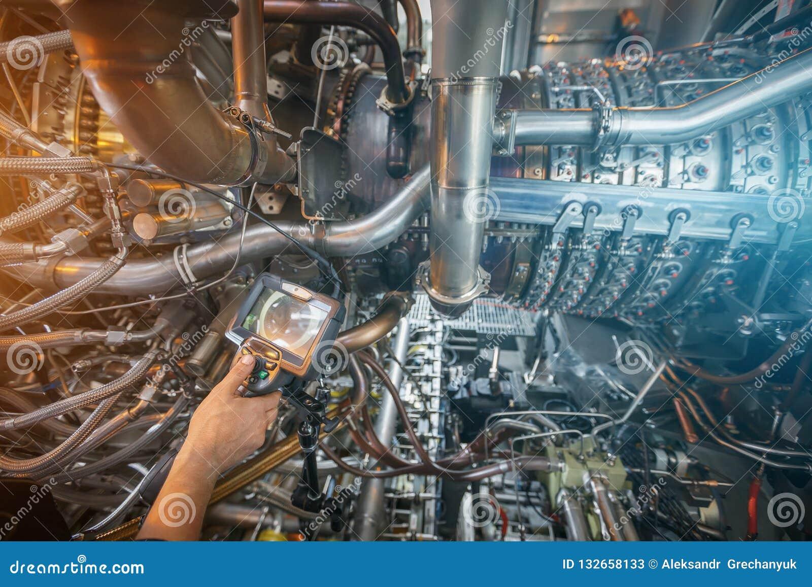 Inspektion von Gasturbinenmotor unter Verwendung eines Videoendoskops Suche nach Defekten innerhalb der Turbine und des Schießens
