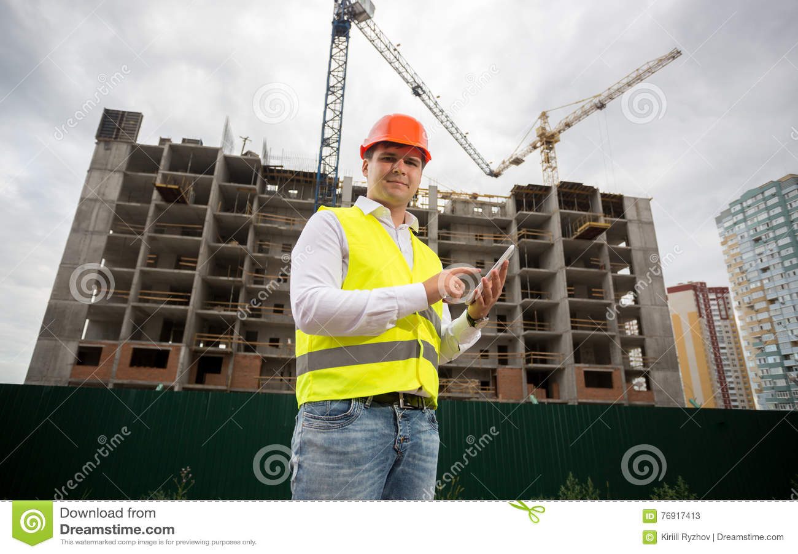 Inspetor de construção com a tabuleta digital no canteiro de obras