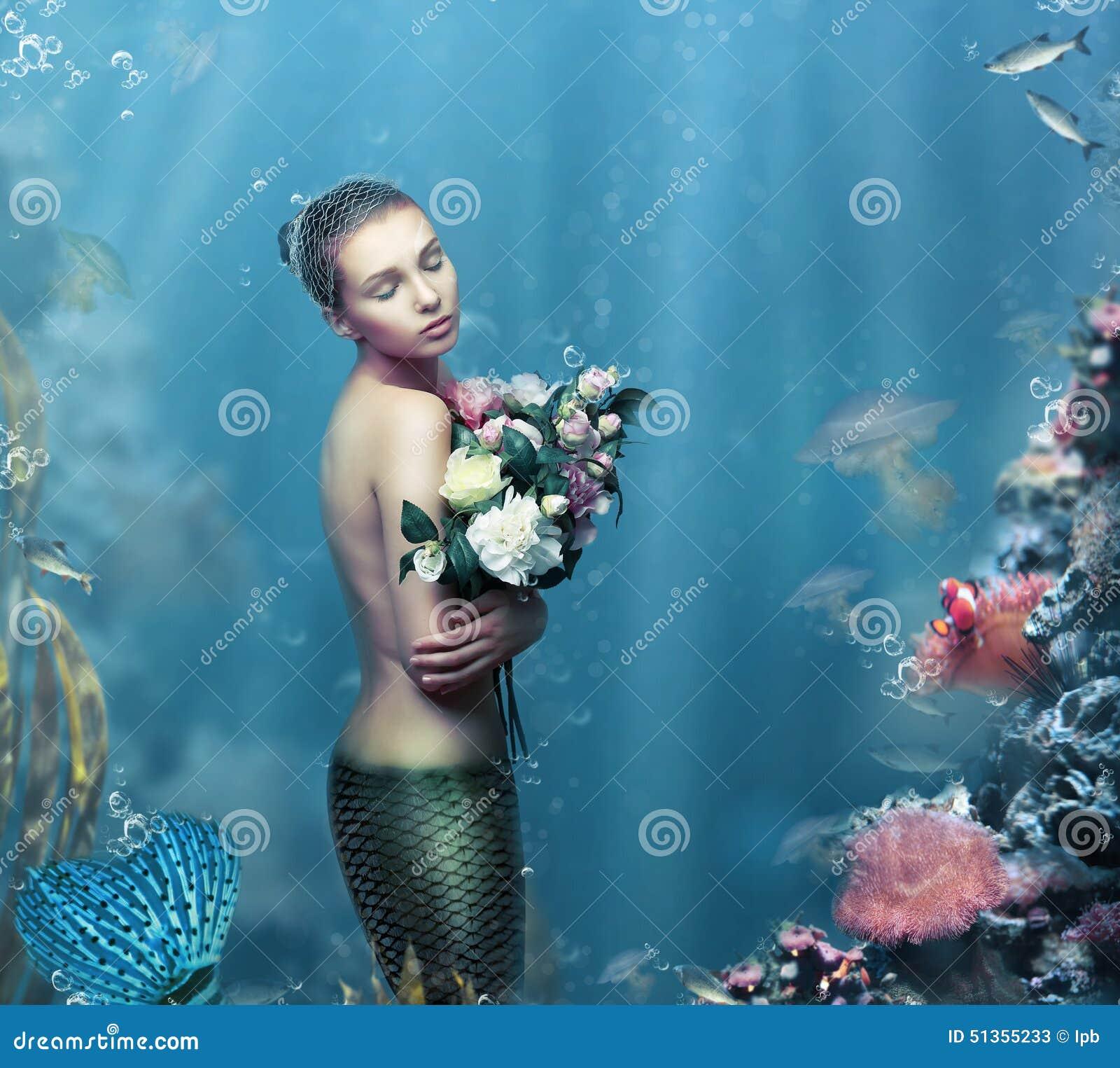 Inspiración Mujer fantástica con las flores en agua