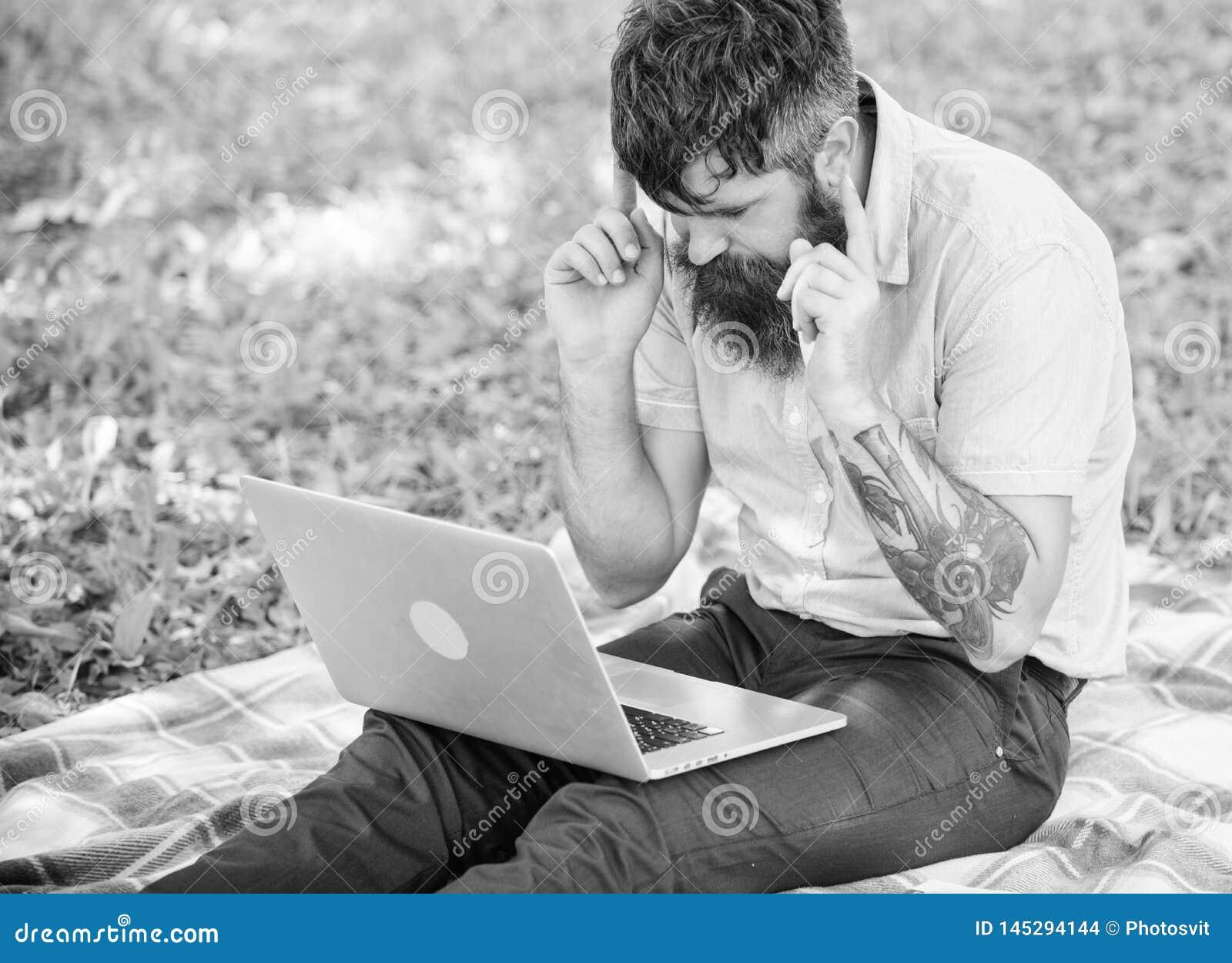 Inspiracja dla blogging tutaj szuka? M??czyzna brodaty z laptopem siedzi ??kowego natury t?o Blogger