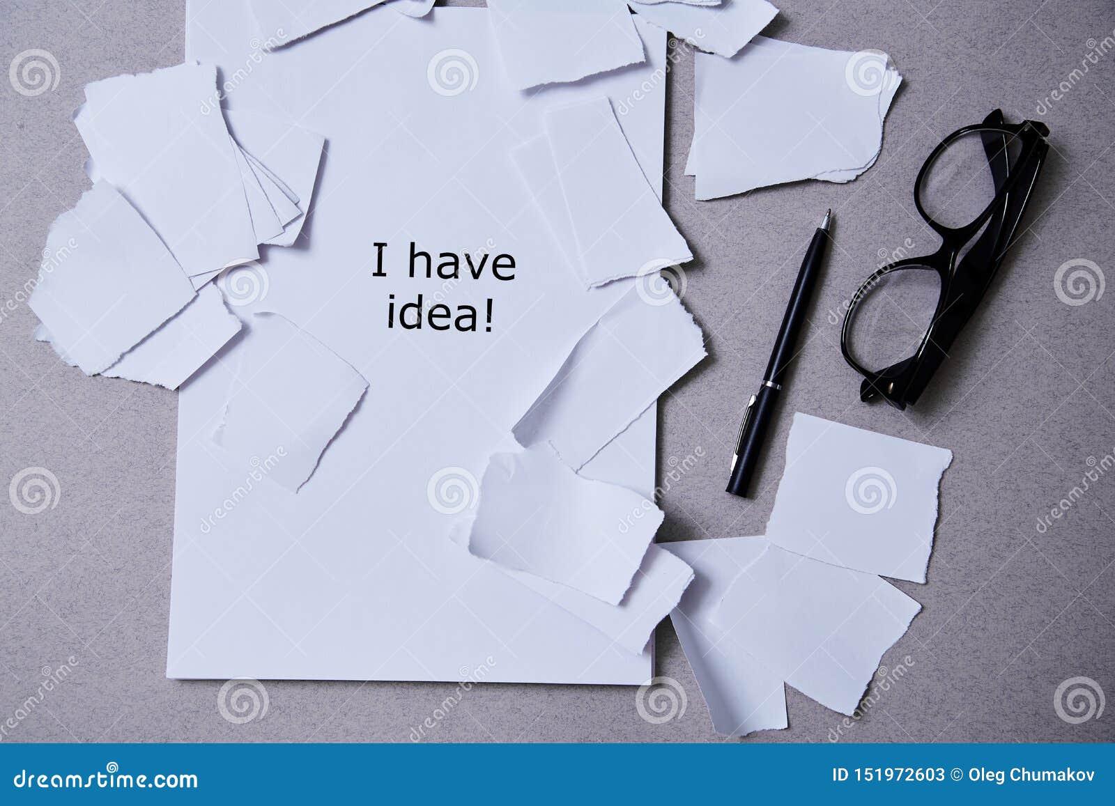 Inspiracja, wgląd lub dobry pomysłu pojęcie: poszarpany papier wokoło pustego prześcieradła papier