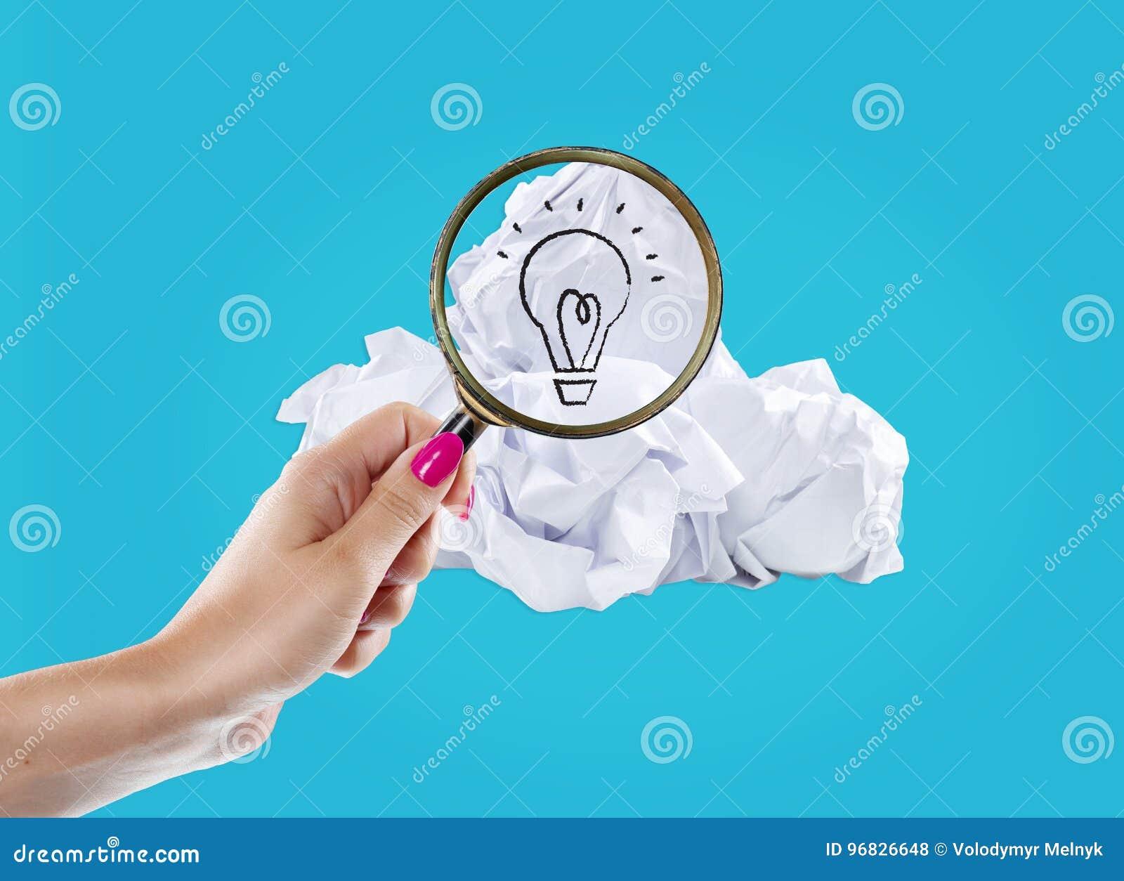 Inspiratieconcept verfrommelde document gloeilampenmetafoor voor goed idee