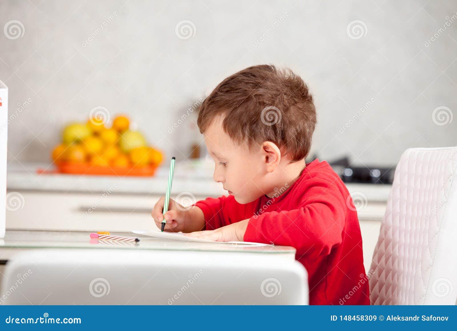 Inspirerat av pojken drar en bild p? papperet p? tabellen