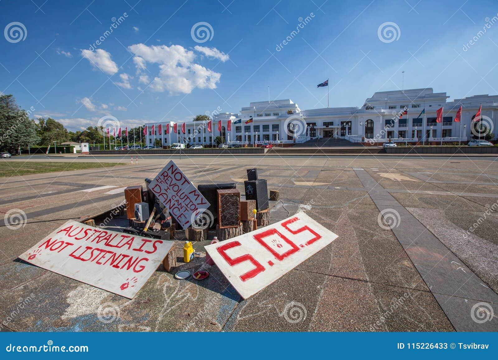 Instalación aborigen del arte de la protesta delante de la casa vieja del parlamento en Canberra, Australia
