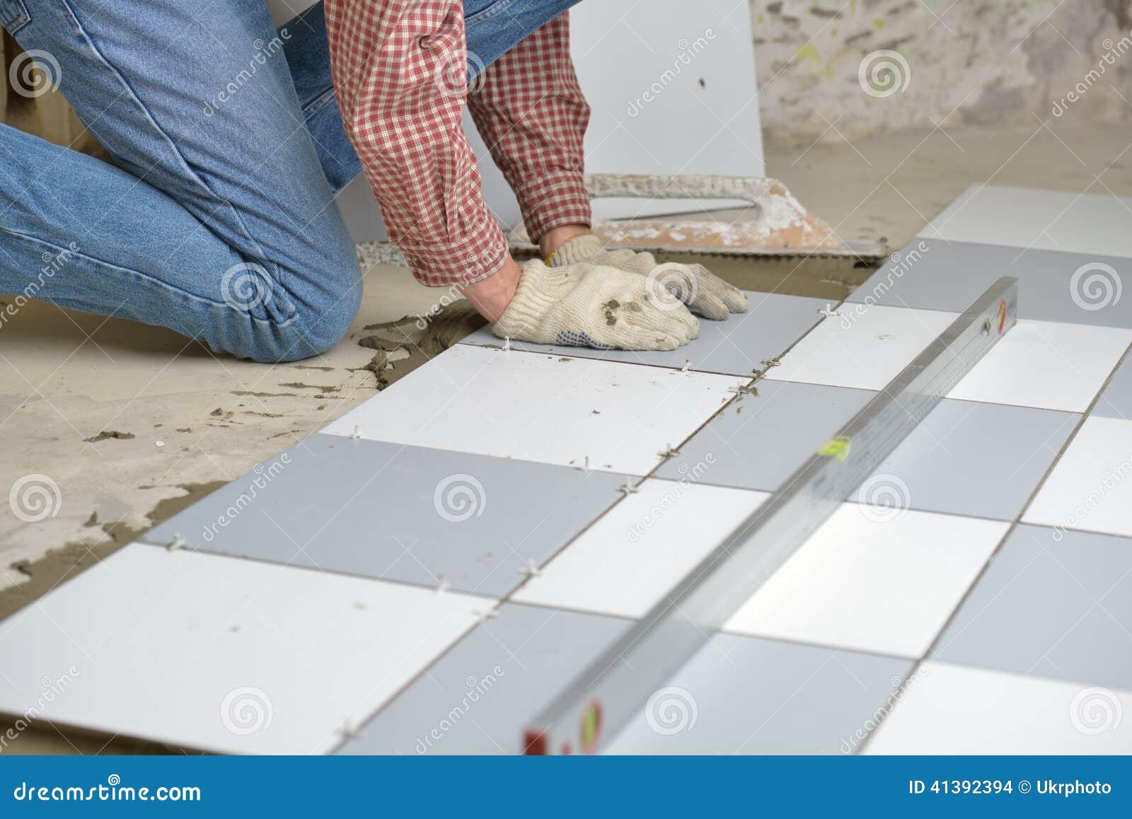 Instalaci n de las baldosas cer micas en un suelo foto de - Como colocar marmol ...
