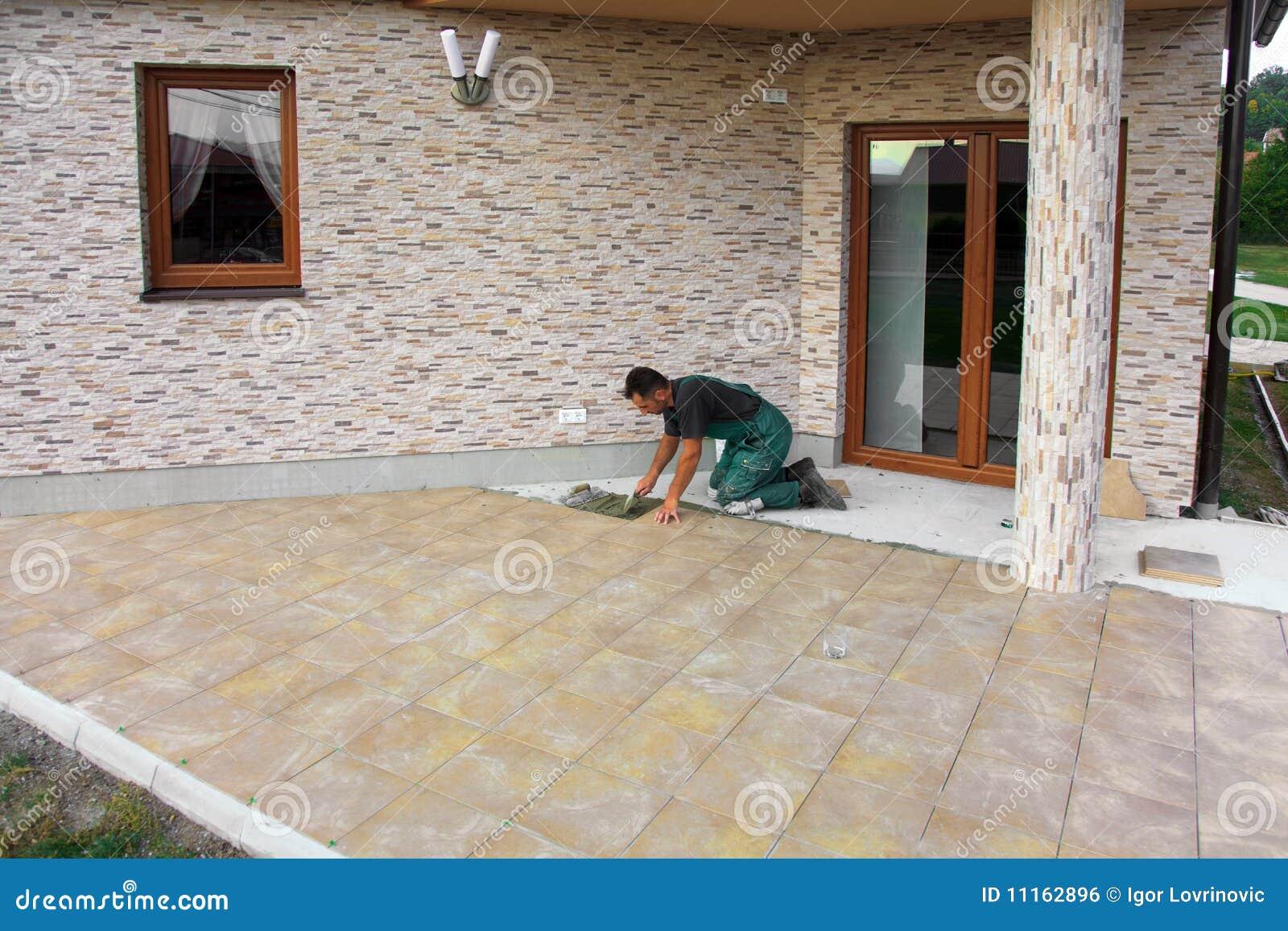 Instalaci n de los azulejos de suelo imagen de archivo - Azulejos de suelo ...