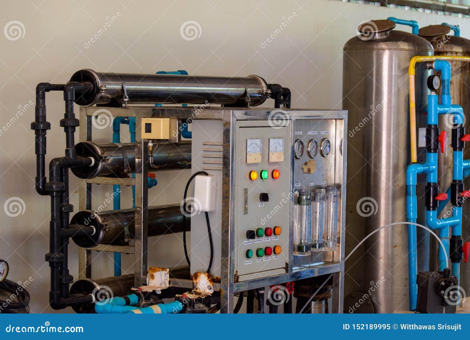 Instalación de producción del agua potable empaquetado de las botellas plásticas de la bebida en la planta para la producción de